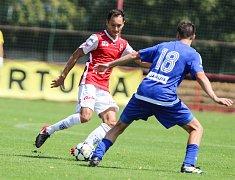 Utkání Fobalové národní ligy mezi FK Pardubice (ve červenobílém) a FK Varnsdorf  (v modrém) na hřišti pod Vinicí v Pardubicích.
