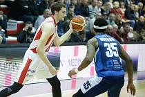 Basketbalové utkání Kooperativy NBL mezi BK JIP Pardubice (v červenobílém) a BC GEOSAN Kolín (v modrém) v pardubické hale na Dašické.