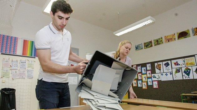 Vysypávání volební urny během voleb do poslanecké sněmovny.