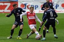 Fotbalové utkání Fortuna ligy mezi FK Pardubice (v červenobílém) a 1.FC Slovácko ( v modrém) na Městském stadionu Ďolíček v Praze.