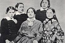 Božena Němcová s dětmi. Daguerrotypie z roku 1852.