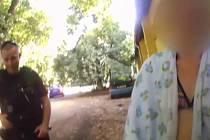Zadržená zlodějka kradla na chatě, pokusila se ujet na člunu a ukrýty se na koupališti. Nevyšlo to.