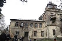 Památník Zámeček nebo také Larischova vila. Za druhé světové války zde sídlil oddíl němectké Schutzpolizei a právě sem byli za Heydrichiády odvezeni obyvatelé osady Ležáky. Ve sklepích vily pak dospělí čekali na popravčí četu...