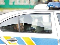 Pachatel loupežného přepadní vběhl policistům přímo do náruče