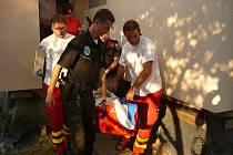 Zraněného muže si s pomocí strážníků převzala záchranná služba