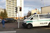 Trolejbus zachytil ženu v křižovatce na přechodu. Řidič se zřejmě plně nevěnoval řízení, neboť žena šla na zelenou.