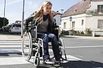 Jízda na invalidním vozíku přináší spoustu nástrah.