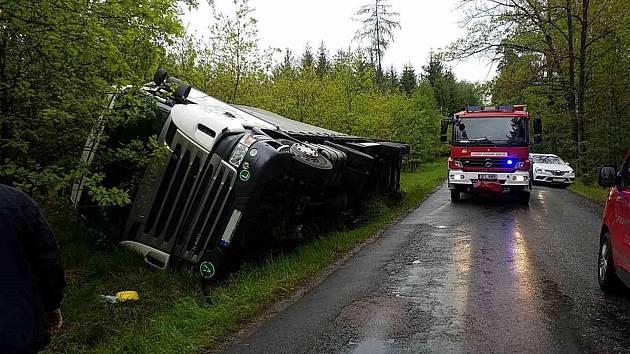 V Poběžovicích u Holic skončil kamion na boku.