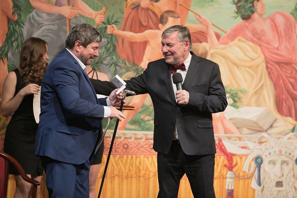 Následovalo předávání ocenění z rukou ředitele divadla Petra Dohnala – zde pamětní brož přebírá Jiří Kalužný.