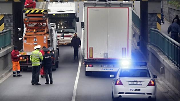 Zaseklý kamion v podjezdu na 17. listopadu.