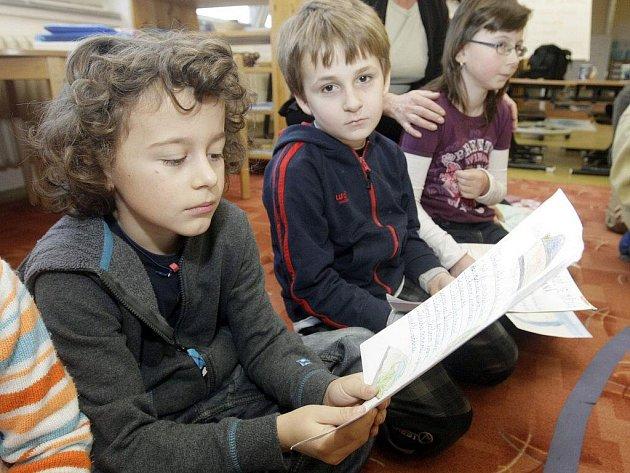 """ŽÁCI PRVNÍ AŽ TŘETÍ TŘÍDY pardubické základní školy s Montessori výukou na polabinské """"jedničce"""" se pochlubili zástupcům Pardubického deníku se svými články a obrázky o vodě."""