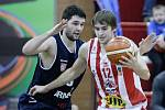 Basketbalové utkání Kooperativy NBL mezi BK JIP Pardubice (v bíločerném) a BK ARMEX Děčín (v modrém) v pardubické hale na Dašické.