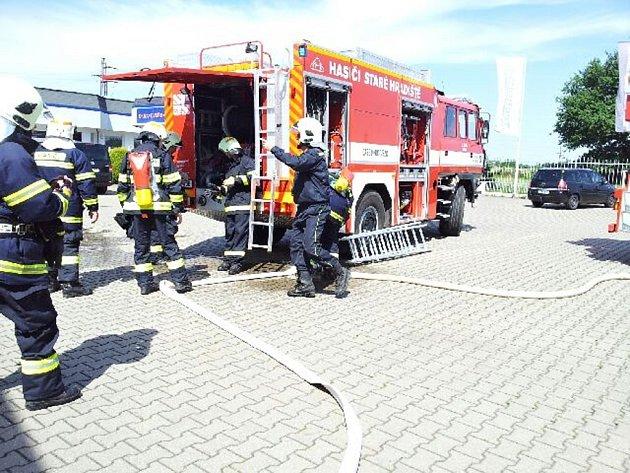 První výjezd nového zásahového vozu k požáru. Hasiči ve Starém Hradišti zasahovali u požáru ve Fáblovce.