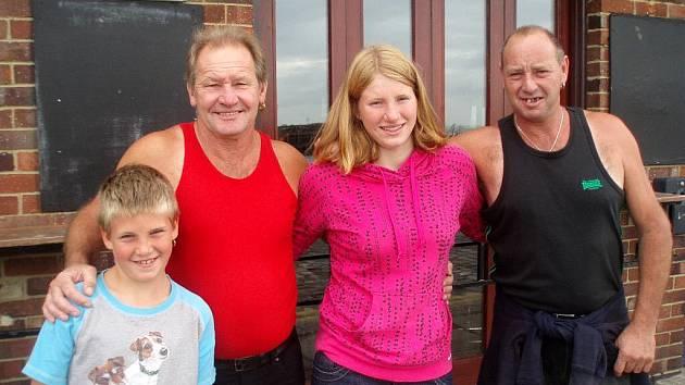 Zleva: Bratr Vojko, lodivod Reg Brickell, Lenka Štěrbová  a bratr lodivova Ray