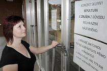 Že je koncert Sepultury zrušen, se lidé dozvěděli až z cedule na dveřích.