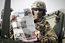 Američtí vojáci vyrazili z Pardubic do Prahy. Na cestu od redakce Pardubického deníku dostali i dnešní noviny.