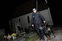 Strážníci hlídají hroby ve dne i v noci