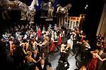 Velká pardubická plesová kratochvíle. Pardubické divadlo hostilo poprvé ve svých prostorách plesové veselí.