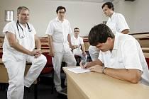 Doktoři chtějí vyšší platy, hrozí hromadnou výpovědí