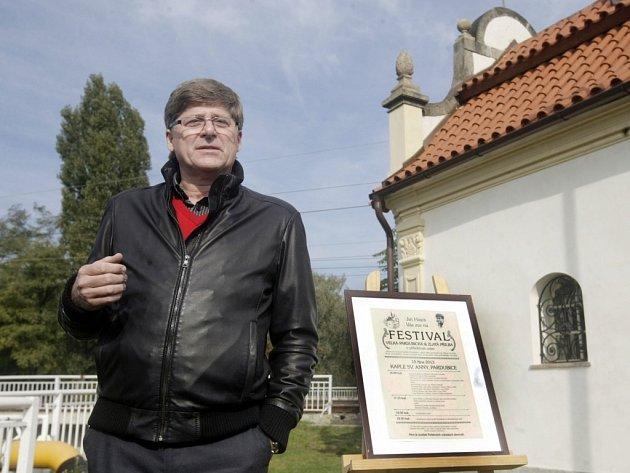 Jiří Hájek je organizátorem festivalu Velká pardubická a majitelem kaple svaté Anny v Pardubicích.