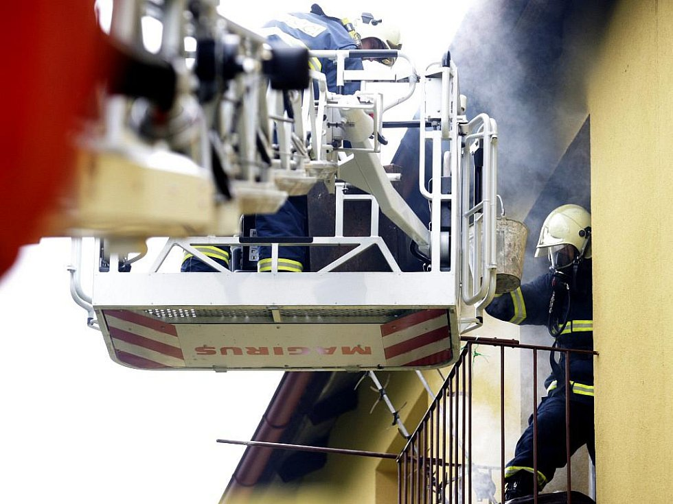 Požár bytu v Rybitví museli likvidovat hasiči. Uvnitř se zřejmě vařil pervitin