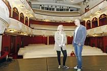 Výherkyni naší čtenářské zážitkové soutěže Adélu Nermuťovou provedl po zákulisí Východočeského divadla v Pardubicích jeho tiskový mluvčí Radek Smetana.