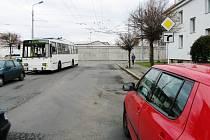 V pátek v 6.50 hodin došlo v Pardubicích na křižovatce ulic Sakařova a Věry Junkové ke střetu trolejbusu s osobním vozidlem. Policie shání svědky této nehody