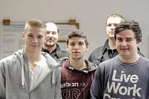 Trojice studentů Vít Štěpánek, Ondřej Macháček a Dominik Voda (zleva) spolu se strážníky Martinem Kovářem a Liborem Svobodou. Perfektní spolupráce vedla k zadržení pachatele.