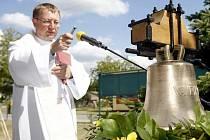Zvon Vavřinec posvětil při slavnostní bohoslužbě opatovický farář P. Pawel Nowatkowski. Hned po posvěcení byl zvon zavěšen do zvoničky