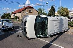 Další nehoda v Ostřešanské křižovatce. Dodávka skončila na boku.