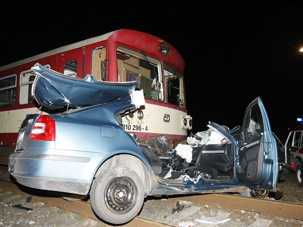 U Moravan se na přejezdu se střetl motorový vlak s autem. Hasiči řidiče vyprošťovali asi hodinu.