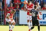 Utkání Fobalové národní ligy mezi FK Pardubice (ve červenobílém) a FC Hradec Králové (v černém) na hřišti pod Vinicí v Pardubicích.