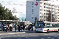 Zastávka před Univerzitou Pardubice v ulici Hradecká.