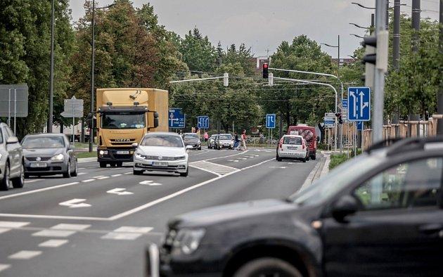 Semafory u nádraží dusí dopravu.