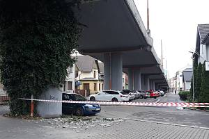 Z nadjezdu u pardubické nemocnice v Kyjevské ulici ve čtvrtek upadl další kus betonu.  Foto: MP Pardubice
