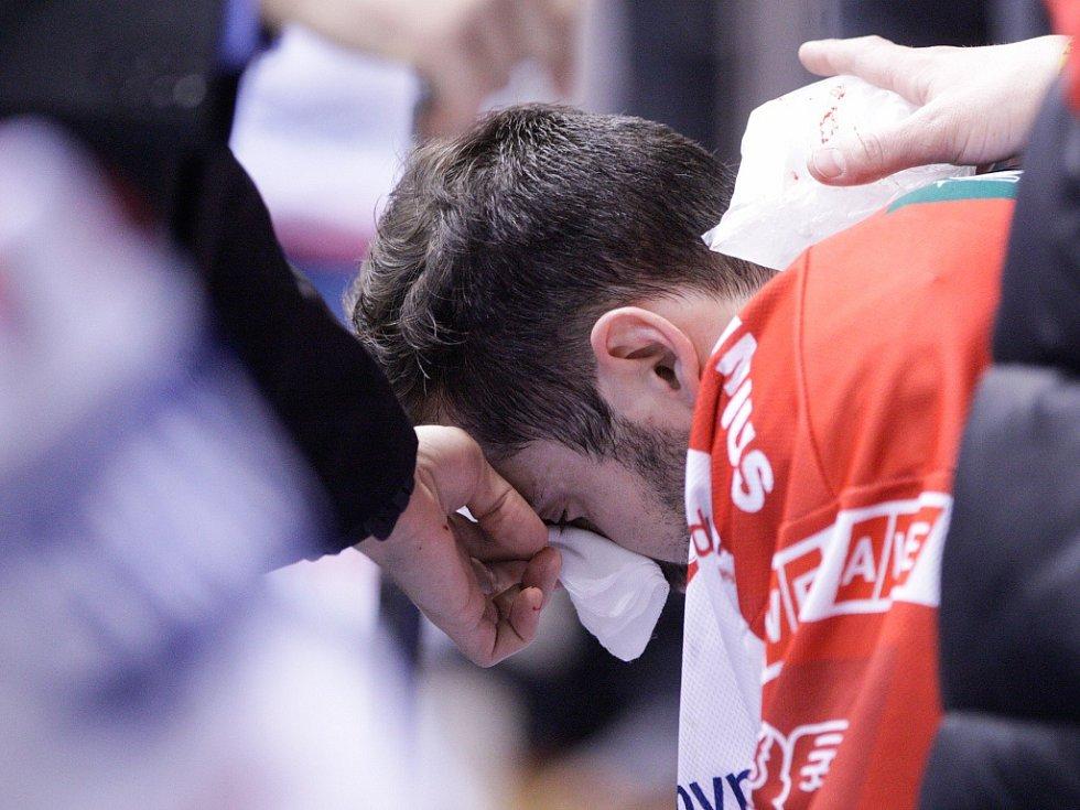 V péči lékařů skončil obránce Petr Čáslava po tvrdém ataku chomutovského zadáka Bretta Flemminga.