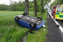 V autě, které skončilo na střeše, cestovala žena a tři děti.