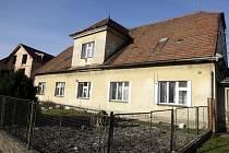 ČP 59 v Hradecké ulici v Holicích. V tomto domě bydlí přibližně patnáct lidí v sedmi bytech. Jde o sociální slabé, kteří nemají ani na zaplacení soukromé ubytovny. Tento dům je v havarijním stavu, proto nyní město řeší, kde jinde postaví sociální byty.