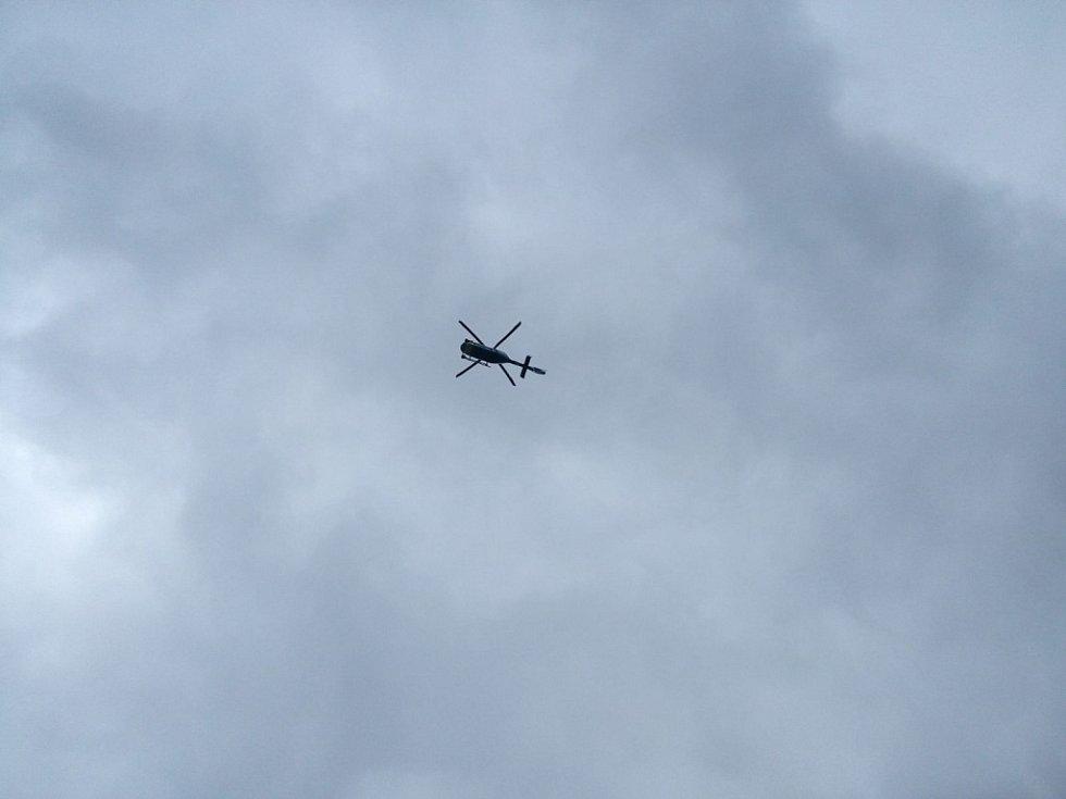 Aktivisté Greenpeace obsadili chladící věž Elektrárny Chvaletice. Na místě jsou policejní vyjednavači i vrtulník.