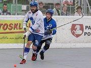 Hokejbalové utkání mezi HBC Autosklo-H.A.K. Pardubice (v bílém) a SK Hokejbal Letohrad (v modrém) na hřišti v Polabinách.