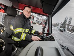 Spěchat, a přitom bezpečně. Miroslav Kolář jako řidič hasičského vozu má v zimě o řadu starostí navíc. Rozjetý náklaďák s cisternou vody na náledí nezastaví na pětníku.