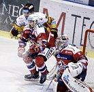 Hokejové utkání Tipsport extraligy v ledním hokeji mezi HC Dynamo Pardubice (červenobílém) a HC Dukla Jihlava  (ve žlutém)) v pardudubické Tipsport areně.