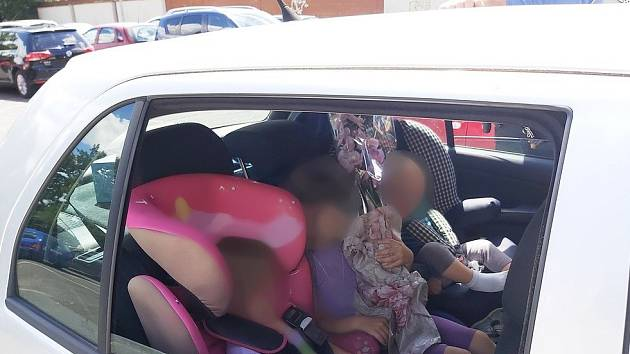 Děti vrozpáleném autě. Rodiče zajímalo, proč to strážníci řeší
