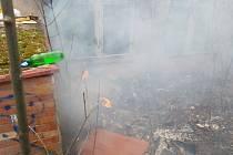 Plameny se začaly šířit porostem až k nedaleké elektrické rozvodně. Zdroj: