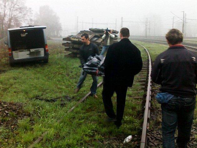 Mladík který uprchl ze záchytky se vrhl do kolejiště ze silničního nadjezdu. Svým zraněním na místě podlehl.