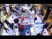Jak to bylo doopravdy s historkou o údajném únosu dítěte v Paláci Pardubice? Nejlepším důkazem lživého dramatu o organizované skupině je samotný kamerový záznam toho, jak se holčička ztratí při nakupování cukrovinek...