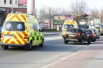 Průjezd vozidel s právem přednostní jízdy mají řidiči z autoškoly znát. Vyhýbat se mohou i tak, že najedou na chodník. Kvůli uzavírkám bude pro záchranáře problémový zejména Anenský podjezd, kde se kolony tvoří i bez uzavírek.
