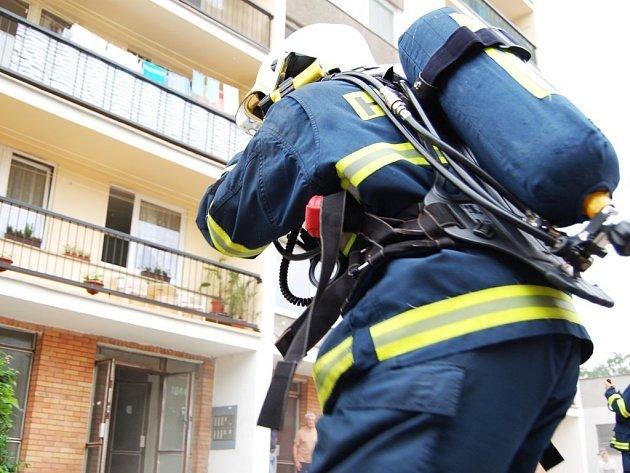 Na pardubickém sídlišti Závodu míru hořelo. Ve třetím patře zůstal uvězněný mladík, pro kterého museli jít hasiči v dýchacích přístrojích