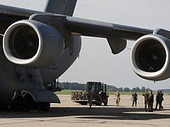 Nakládání munice do letounu CC-177 Globemaster III