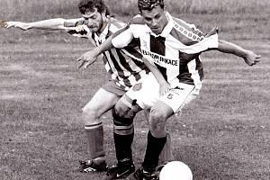 Přímá bitva. Na jaře roku 2000 bojoval Sokol Srch o postup do přeboru s Újezdem. Remízu mu zařídil host z Titaniku Pardubice Martin Svědík (vpravo), který právě svádí souboj s újezdským Linhartem.